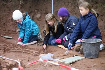 Heute fiel die 4. Klasse der Grundschule in Rieneck zu einem zweitägigen Archäologie-Projekt ein.