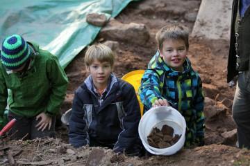 Die Schüler haben Spaß bei der Arbeit und diese zwei scheinen dank ihres Finderglücks stolz wie Otto zu sein.