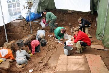 Derweil dichtes Gedränge bei den Dokumentations- und Bergungsarbeiten im Bereich der Gräber.