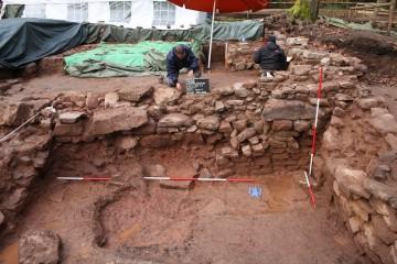 Ohhohh... Das Fundament des Chors ist durch den Anbau des Kellers gefährlich abgesackt.