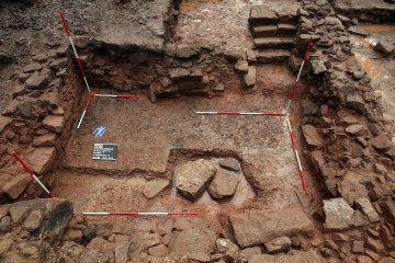 Der Keller südlich des Chors ist freigelegt. Die großen Steine auf seinem Boden stammen vom Fundament des Chors.