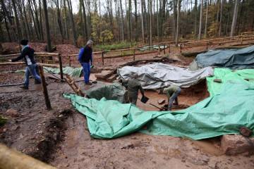 Der Keller läuft bei Regen voll. Dabei gingen wir vor den Grabungen davon aus, dass auf dem Kloster permanent Wassernot herrschte.