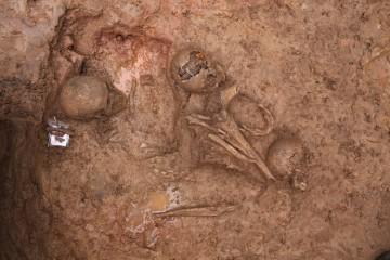 Kein Massengrab sondern zwei dicht übereinander liegende Einzelgräber mit nachbestatteten Knochen.