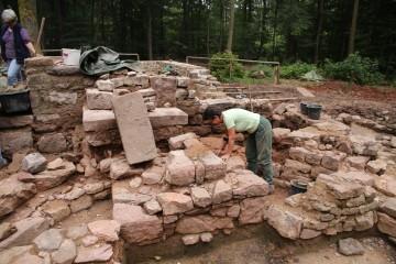 Nicole ist so gut wie immer dabei. Heute säuberte sie das Altarfundament der zweiten Kirchenphase.