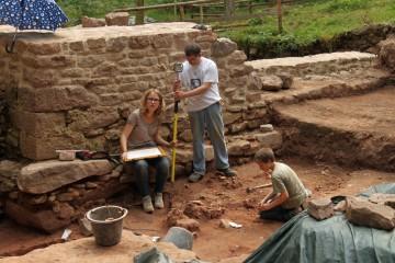 Katharina und Jens vermessen vor der frisch überkronten Kirchenmauer.