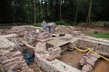 Ursprünglich war geplant, in zwei Wochen ein etwa 10m langes Mauersegment zu sichern. Jetzt, nach vier Wochen, ist fast der komplette offenliegende Kirchengrundriss saniert.