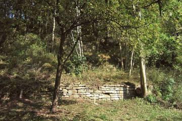 """Auf der so genannten Maskoop-Karte aus der Zeit um 1575 ist auch Obernau verzeichnet. Auffällig sind die vielen Weinstöcke, die sich nordwestlich erstrecken. Der in Obernau bereits im 14. Jahrhundert nachgewiesene Weinbau ist heute völlig verschwunden. Geblieben sind die Weinbergterrassen zum Main hin und an deren oberen Rand das """"Kreuz am Steinbruch""""."""