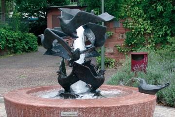 Der Möwenbrunnen ist ein Werk des Künstlers Gunter Ullrich, der den Leiderern über Jahre stets verbunden blieb.
