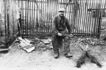 Eine seltene, um 1940 entstandene Alltagsszene in der Zeit der Schwarz-Weiß-Fotografie zeigt den Besenbinder Kasimir Hepp. Er arbeitete im Tonbergwerk in Schippach und hatte im Alter seine Nebenbeschäftigung, das Besenbinden, zu seiner Haupttätigkeit gemacht. Seine traditionell in Handarbeit gefertigten Besen aus Birkenstecken, Birkenreisern und Weidenringen genossen bei den Bauern der Umgebung einen besonderen Ruf und wurden zum Ausfegen von Wohnstube, Stall und Speicher verwendet.