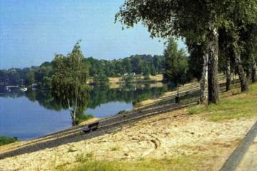 Der Braunkohle- und Kiesabbau Freigericht-Ost hinterließ ein großes Loch in der Kulturlandschaft, das sich mit Wasser füllte. Nachdem sich dort in den 1950er Jahren wilde Camper niedergelassen hatten, wandelte die Gemeinde das Gebiet offiziell in einen Campingplatz um, der heute zu den größten in Bayern zählt.