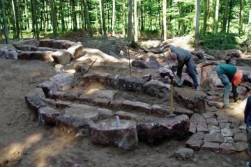 Die im Verlauf von Ausgrabungen aufgedeckten Überreste ehemaliger Arbeitsöfen geben den Archäologen Hinweise auf die Grundrisse dieser Bauten. Bei der Rekonstruktion der Ofenform und der Feuerungstechnik ist man dagegen auf zeitgenössische Bildquellen angewiesen.