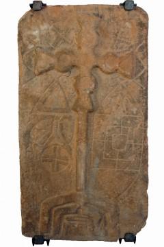 1958 wurde bei der Renovierung der Pfarrkirche St. Katharina im Chor unter den Altarfundamenten ein Bildstein entdeckt, dessen Deutung große Schwierigkeiten bereitet. Die ihn beherrschende Darstellung des Kreuzes lässt wegen der zu geringen Größe nicht auf eine Funktion als Grabstein schließen, wohl aber kann er als dekoratives Element im Altarbereich gestanden haben.