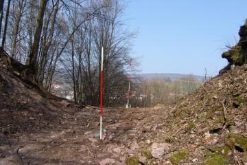 Vor Beginn der Grabungen im Halsgraben wird dieser zunächst einmal vermessen.
