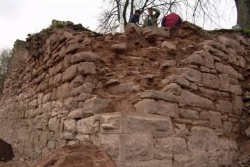 Im Vorjahr haben wir die südöstliche Ecke der Ringmauer noch von Außen freigelegt. Heuer ergraben wir den Bergfried dahinter.