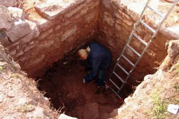 Die Brandschichten am Kellerboden werden besonders gründlich untersucht.