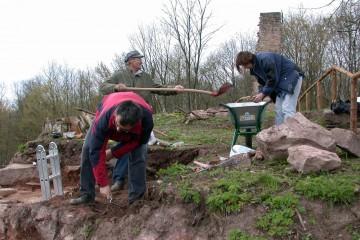 Die Archäologen werden bei ihrer Arbeit von Doris und Valentin unterstützt.