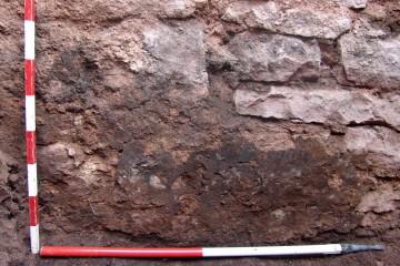 Im Kellerverlies des Bergfrieds haben sich noch Reste des Verputzes erhalten.
