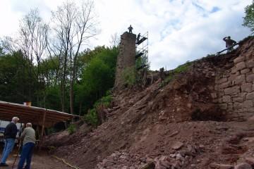 Extra für das Burgfest wird der Mauerstumpf mit einer Fahne versehen.