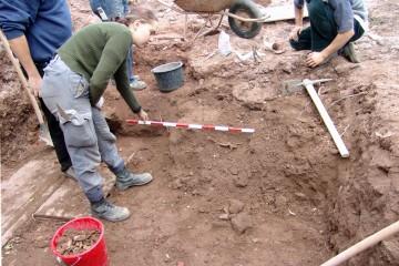 Der Fund einer eisernen Pferdetrense wird noch vor Ort fotografiert.