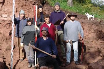 Werkzeug im Anschlag: Wie eine Grabungsmannschaft im 19. Jahrhundert posiert das Team von 2004.