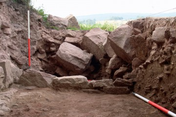 In mühevoller Kleinarbeit wurde dieser Steinversturz freigelegt. Er stammt aus der Zeit der endgültigen Zerstörung der Burg im 17. Jahrhundert.