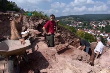 Bei strahlendem Sonnenschein war Arbeit für harte Männer angesagt: Eine mehrere Meter mächtige Auffüllschicht im Bereich der linken Torwange musste abgegraben werden.