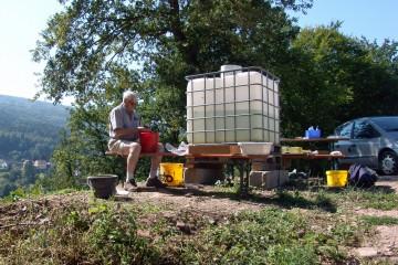 Großer Personaleinsatz auf der Grabung: Es wird geschaufelt, geputzt, vermessen, beschrieben ... und die Funde werden gewaschen und bearbeitet.