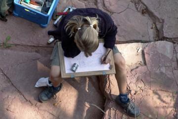 Für die Nachwelt werden die Ausgrabungen auf der Burg sorgfältig dokumentiert. Alles wird im Maßstab 1:20 gezeichnet.