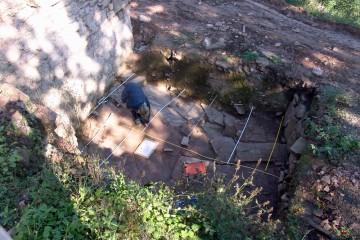Die Vermessung der Sohle des Burggrabens erfordert mancherlei Improvisationstalent.