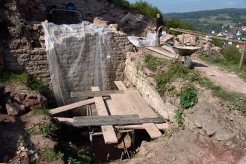 Zur Dokumentation der Torrampe wurde im Graben ein Behelfsgerüst errichtet.