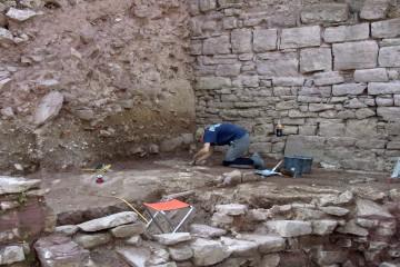Beim Putzen entdeckt: die Überreste einer hochmittelalterlichen Grube zum Anmischen des Mörtels, den man zum Bau Ringmauer brauchte.