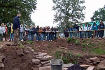 Schülerinnen und Schüler erleben Archäologie hautnah.