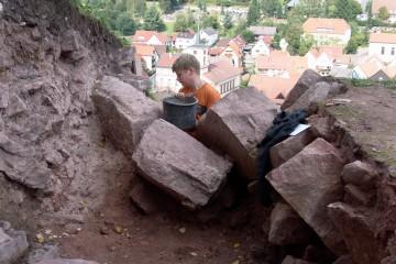 Ein Highlight der Grabung 2005: die verstürzten Eckquader der dorfseitigen Ringmauer