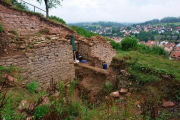 Die Grabungen im äußeren Burgtor wurden heute nach einer halbjähriger Pause fortgesetzt.