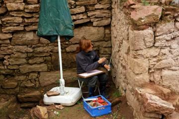 Die Mauern des äußeren Burgtores werden vor ihrer Sanierung steingerecht aufgemessen und gezeichnet.