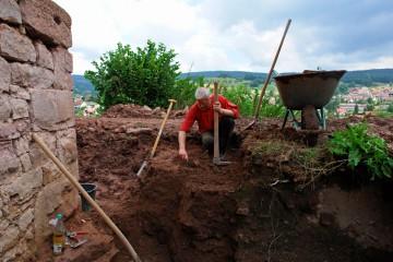 Auch in diesem Jahr gibt der Burggraben so manche Scherbe preis.