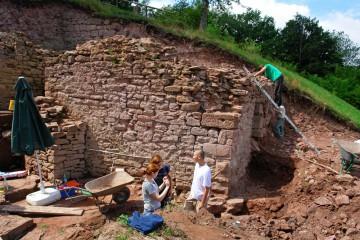 Überall wird geputz, vermessen, fotografiert und gezeichet ... denn erst nach Abschluss der Dokumentation kann mit der Sanierung des Burgtores begonnen werden.