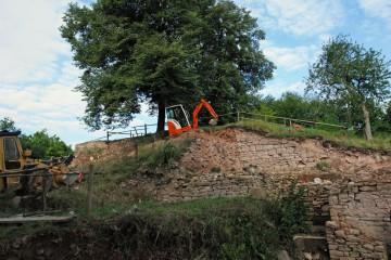 Gewichtiger Besuch auf der Grabung! Parallel zur Dokumentation des äußeren Tores begann man heute mit dem sorgfältigen Abtragen der verbliebenen Aufschüttung vor der torseitigen Ringmauer.