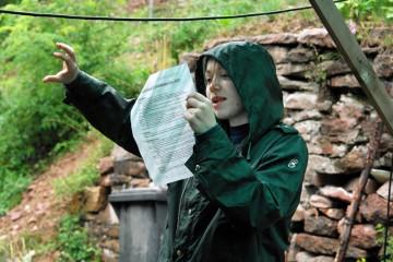 Regen, Regen und nichts als Regen. Der flüssige Sonnenschein erfordert die Anschaffung und vor allem den Aufbau von Zelten - ein Projekt, das von den Grabungsmitarbeitern das Äußerste abfordert, vor allem beim Umsetzen der unverständlichen Gebrauchsanweisung.