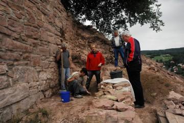 Auch am Samstag gehen die Arbeiten mit den freiwilligen Helfern vom Burgverein weiter. Dabei erweist sich ein nur knapp vor der östlichen Seite der Ringmauer liegendes Mäuerchen als wesentlich größer als bislang angenommen.