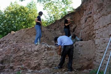 Parallel dazu werden die nächsten Schichten wie hier vor der Ringmauer bereits abgetragen.