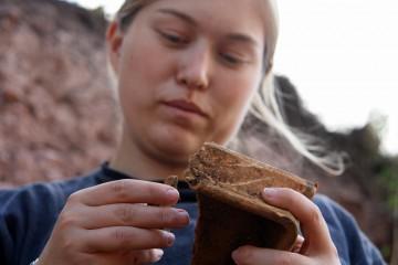 Mareike begutachtet die von ihr gefundene Ofenkachel.