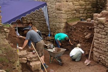 Inzwischen ist der Graben vor dem äußeren Tor schon fast komplett freigelegt.
