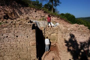 Die Mauer im Tordurchlass begrenzte den hier rund drei Meter Tiefen Burggraben.