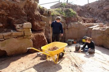 Bei frühsommerlichen Temperaturen begann heute die Grabung auf der Burg Bartenstein. Dabei mussten wir als erstes die Grabung von den Spuren des letzten Winters und leider auch von Wühlaktionen von Raubgräbern säubern.