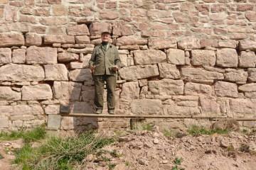 Unermüdlich für die Burg im Einsatz: Valentin saniert die Fugen der Ringmauer.