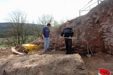 Per Hand wird die Fläche vor der Ringmauer schichtenweise abgetragen.