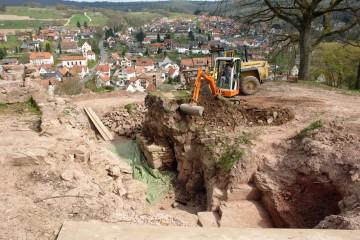 Um die Untersuchungen am äußeren Burgtor fortzusetzten, musste der Erdriegel über der Torrampe bis auf Höhe der archäologisch relevanten Schichten abgetragen werden.