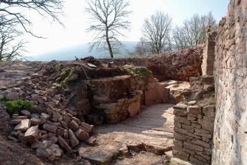 Bei der Freilegung des Gegenfundaments der Brücke über den Graben wird deutlich, dass die Burg ursprünglich über eine Zugbrücke und später über eine hölzene Rampe erreicht werden konnte.