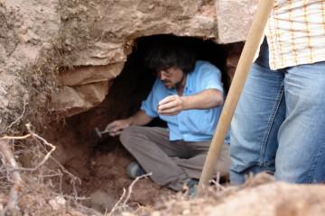 Harald in der Grube: Nach dem Abräumen des Schuttes zeigt sich ein tiefer Graben mit einem mannshohen Durchbruch durch die 160cm mächtige Ringmauer. Kanalisation? Geheimgang? Einbruch? Belagerungsspuren? Wieder einmal stoßen wir bei den Ausgrabungen auf neue Fragen.